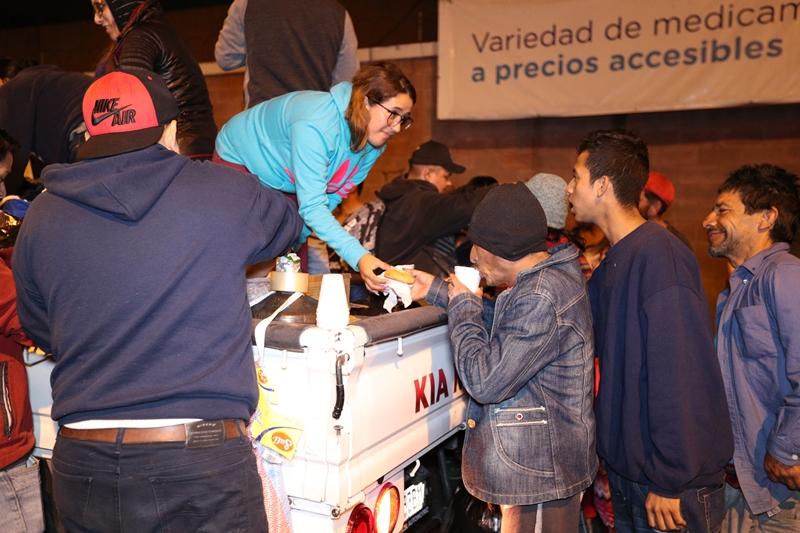 Las personas que duermen en la calle no habían cenado y recibieron con agradecimiento los alimentos que les compartieron. (Foto Prensa Libre: Álvaro González)
