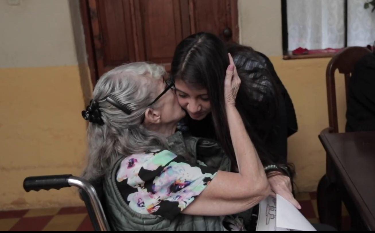 Marisabel Aldana Salguero recibe  muestras de cariño de una de las mujeres que vive en el asilo. (Foto Prensa Libre: Álvaro González)
