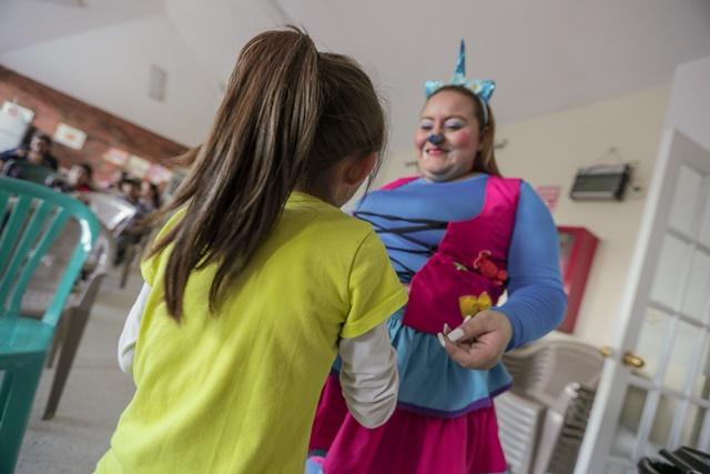 La payasita contagió de alegría a los niños, quienes se divirtieron con juegos y sorpresas. (Foto Prensa Libre: Álvaro González)