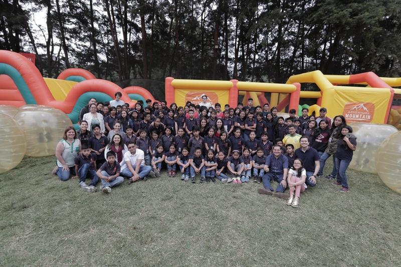 Los 90 niños de Esperanza Juvenil durante su estadía en el parque ecológico Adventure Mountain, en Mixco. (Foto Prensa Libre: Álvaro González).