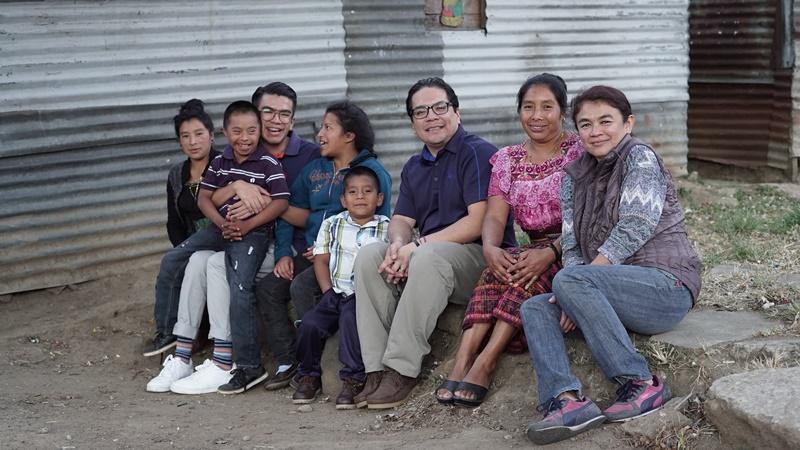 La familia Aguilar Ramírez junto con doña Lorenza, sus hijos y su hermana el día de la visita en La Reformita, zona 12. (Foto Prensa Libre: Juan Carlos Rivera),