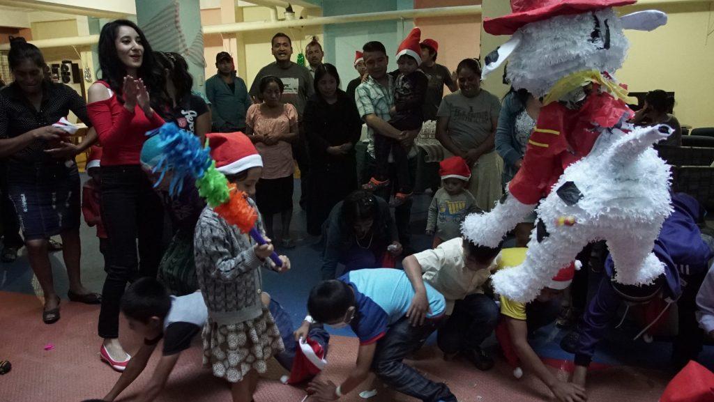 Michelle Gordillo también llevó piñatas y dulces para los niños de la Fundación Fares. (Foto Prensa Libre: Juan Carlos Rivera)