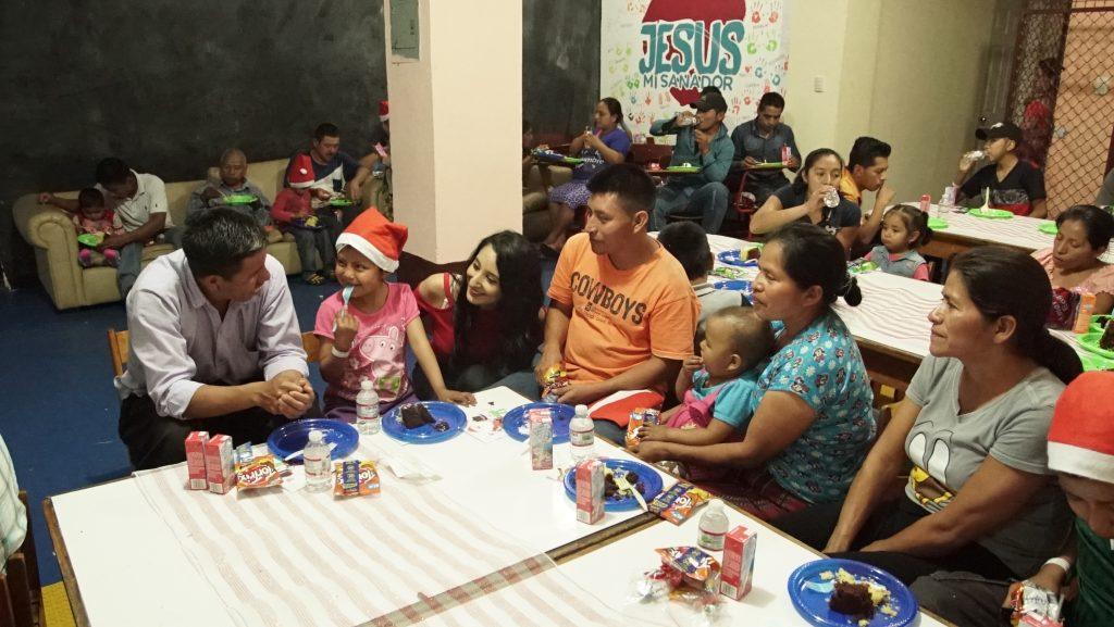 Padres de familia también disfrutaron de un momento de alegría en la Fundación Fares. (Foto Prensa Libre: Juan Carlos Rivera)