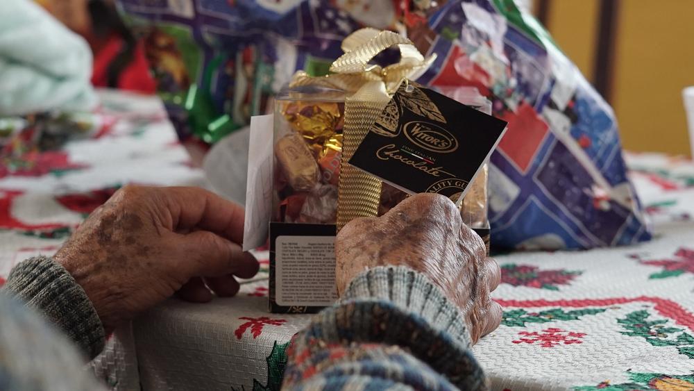Regalos y mensajes de amor fueron entregados a los residentes de este hogar de ancianos. (Foto Prensa Libre: Juan Carlos Rivera)