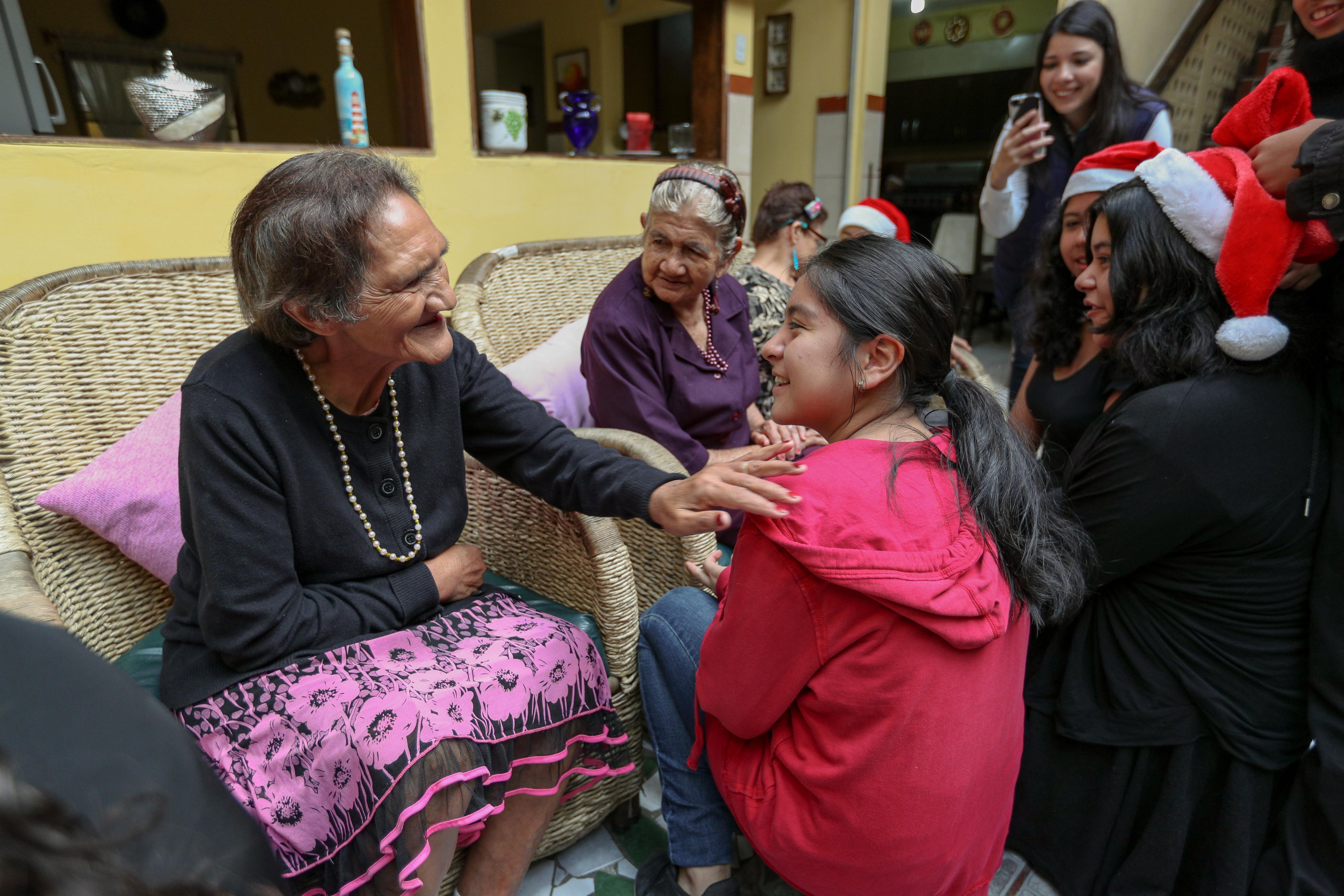 Niños del Coro Novella visitó el Hogar de Ancianos Jesucristo es Nuestro Refugio donde viven 15 abuelas. (Foto Prensa Libre: Álvaro Gónzález)