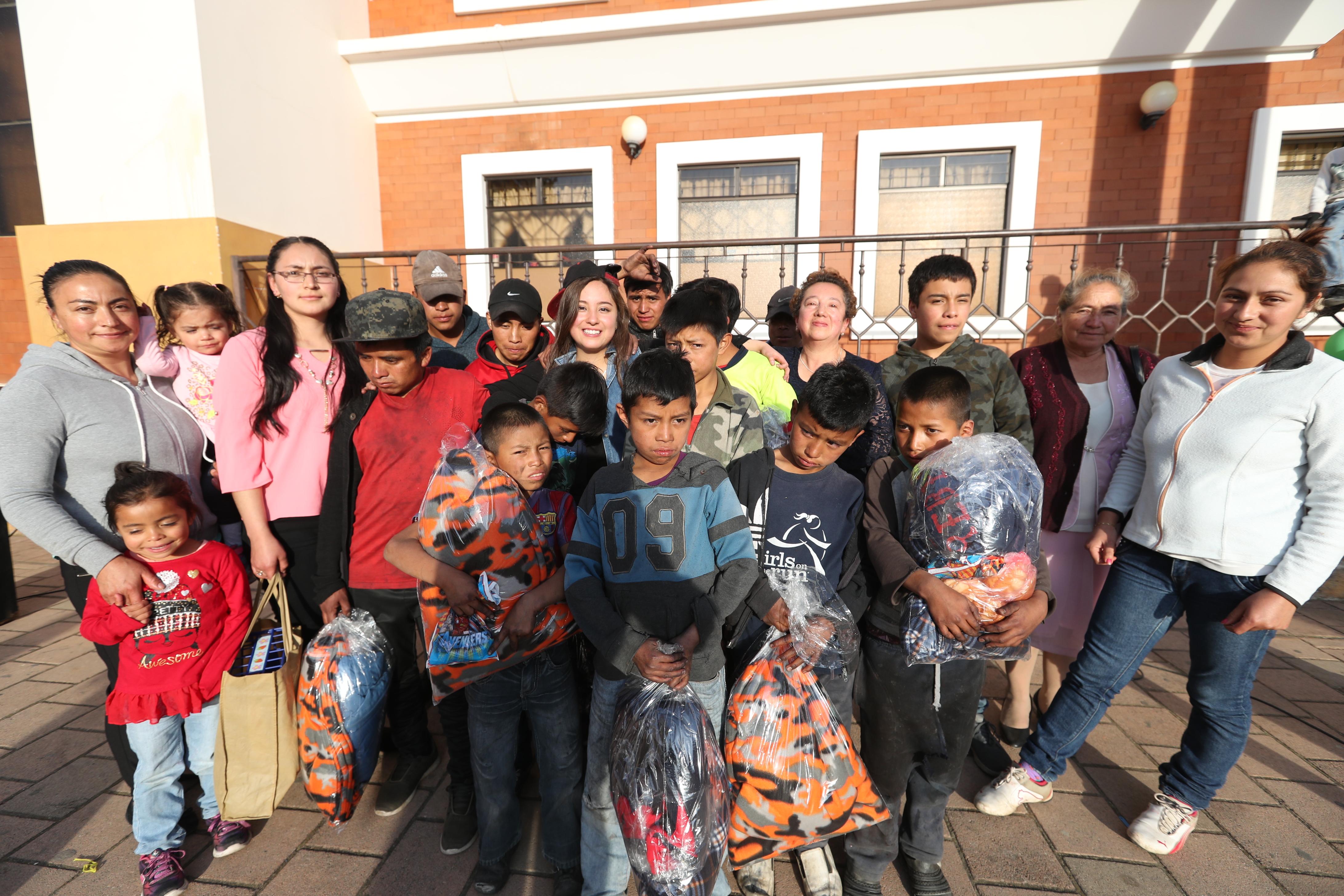 La familia Rodas Escobedo, y varios colaboradores, durante la convivencia con menores lustradores que trabajan en el parque de San Carlos Sija, Quetzaltenango. (Foto Prensa Libre: Mynor Toc)