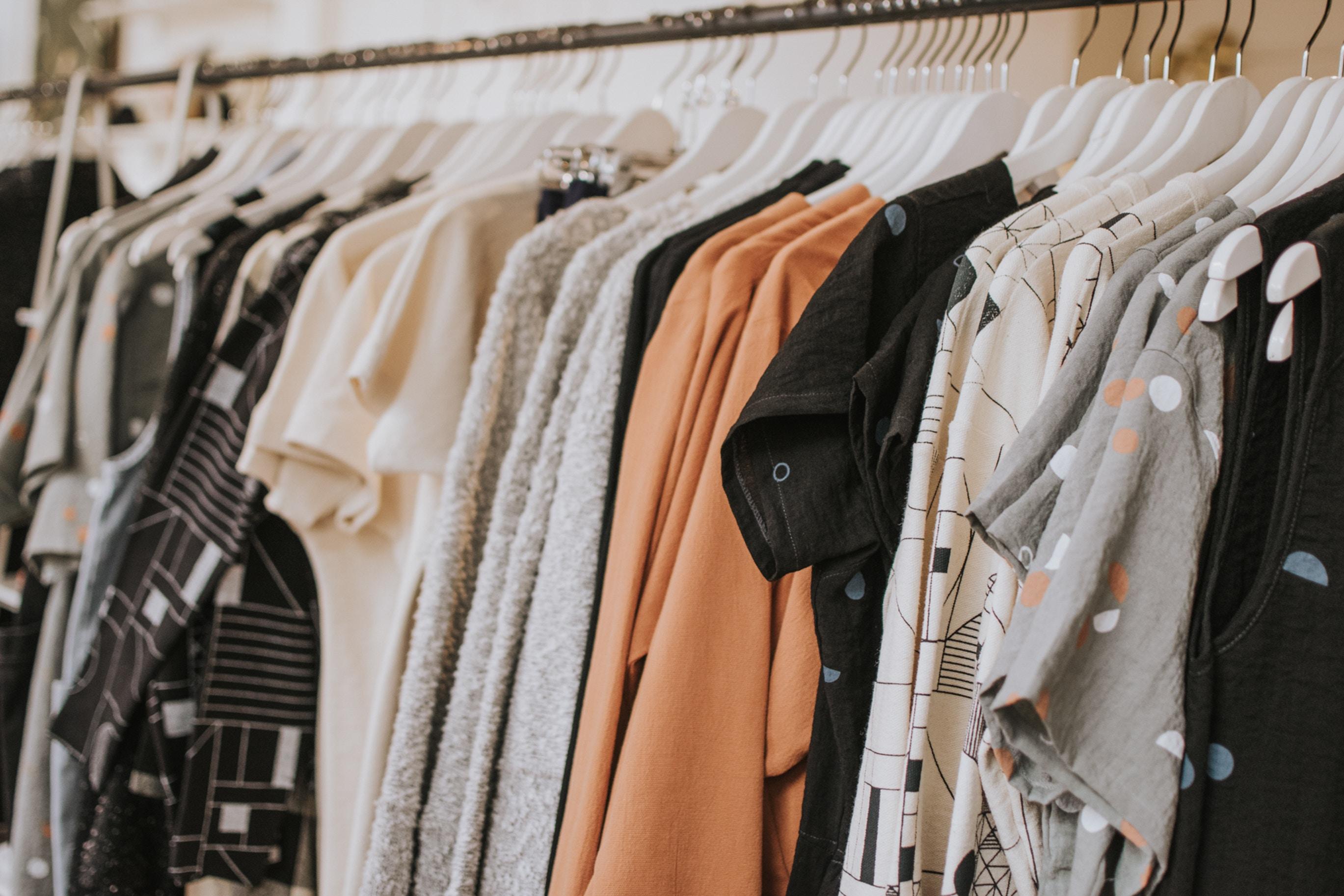 Las prendas de vestir constituyen una importante ayuda para las personas necesitadas. (Foto Prensa Libre: Unsplash)