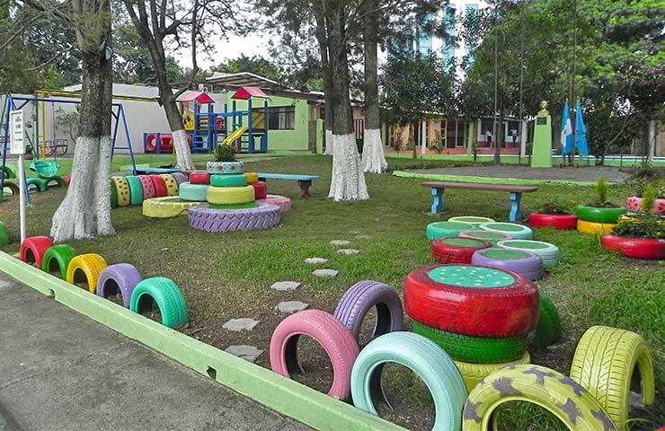Inauguran parque con juegos hechos de llantas