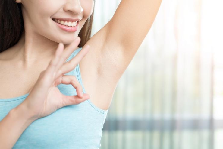 5 formas de eliminar las manchas de las axilas