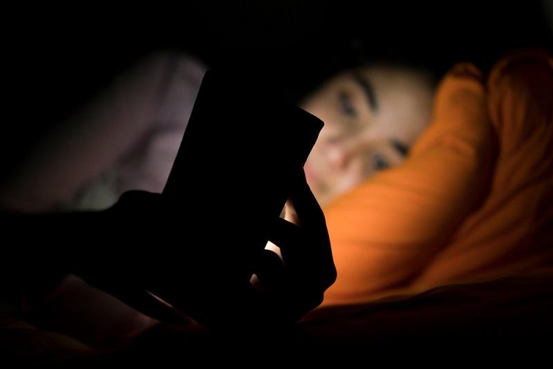 Efectos negativos que te puede causar revisar el celular antes de dormir
