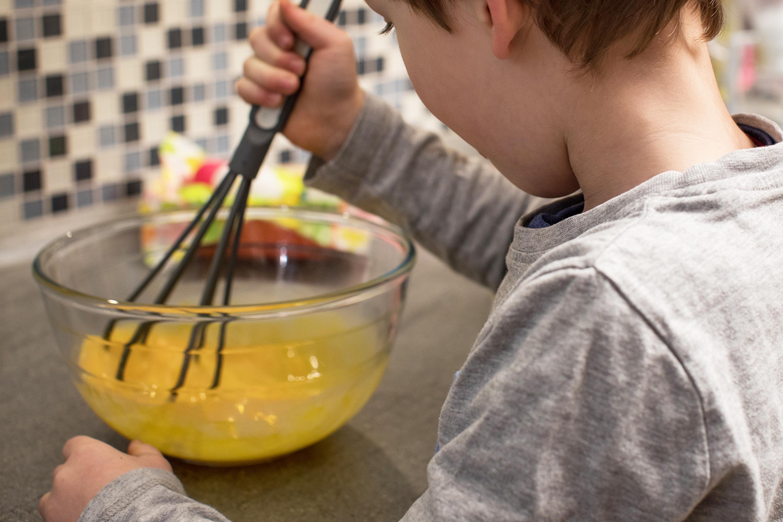 Los niños pequeños también disfrutan ayudando en la cocina