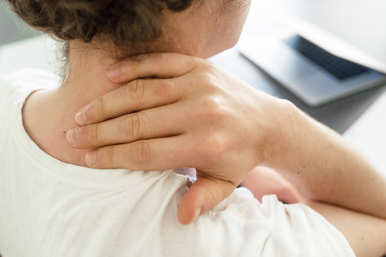 Cómo aliviar los dolores de cuello causados por malas posturas