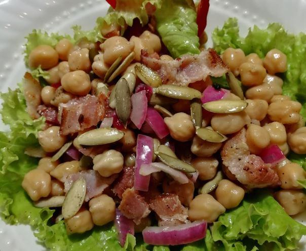Prepara una deliciosa ensalada de garbanzos, tocino y pepitoria