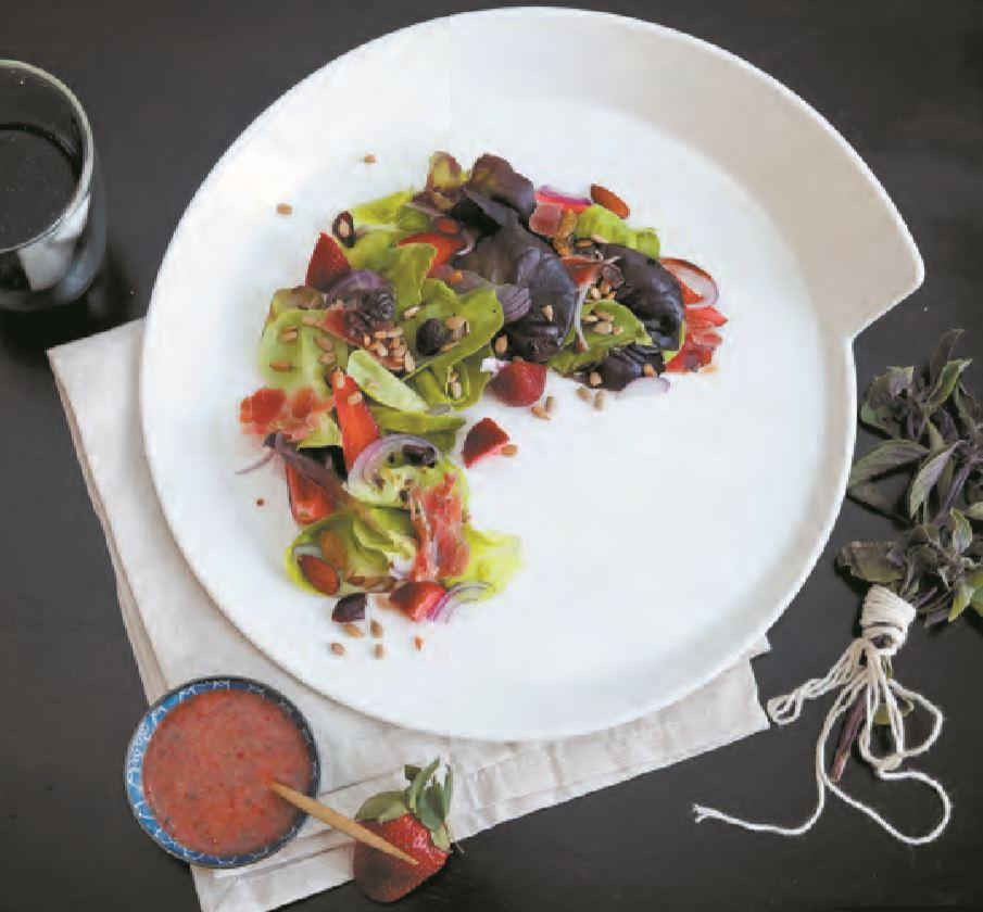 Prepara una deliciosa ensalada de fresas y albahaca