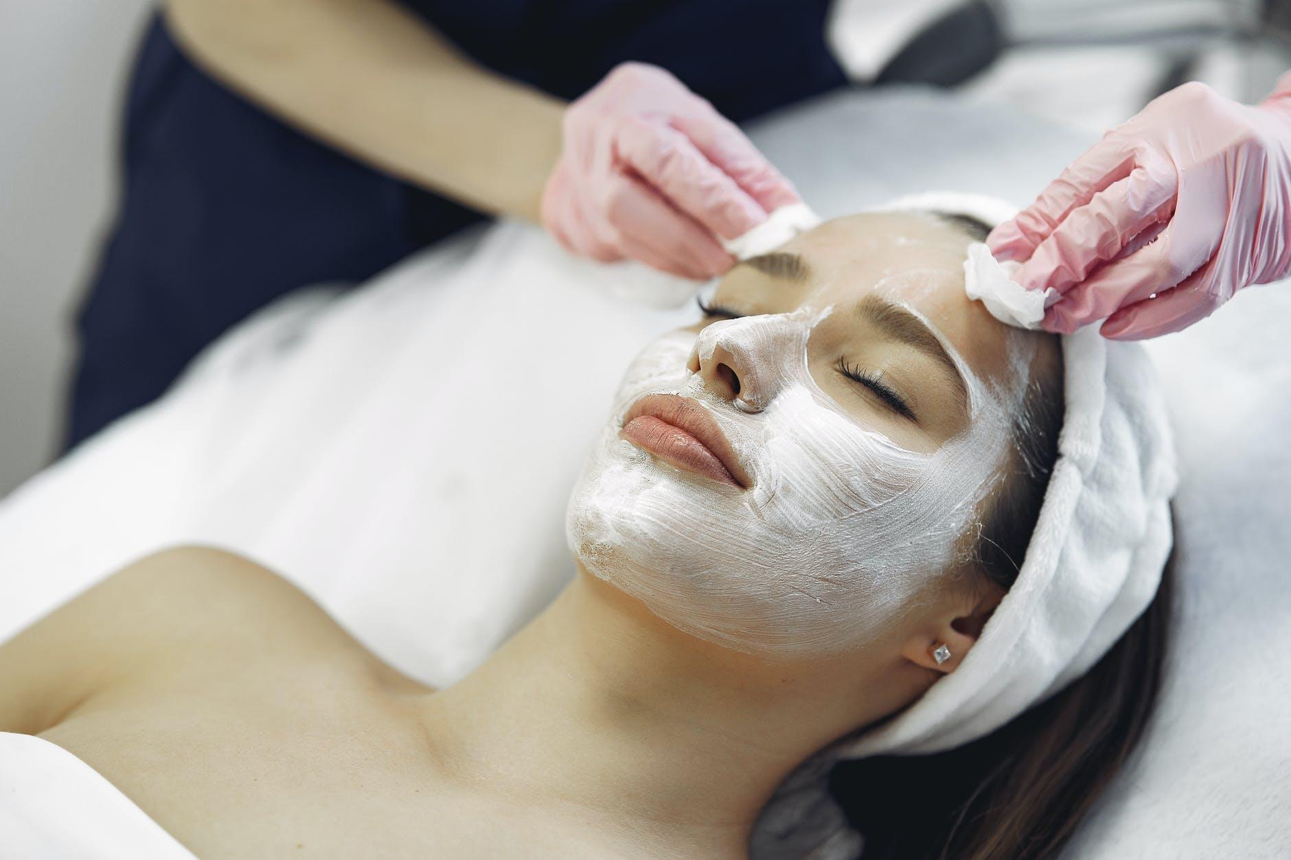 ¿Cómo aplicar correctamente la crema restauradora para verse más joven?