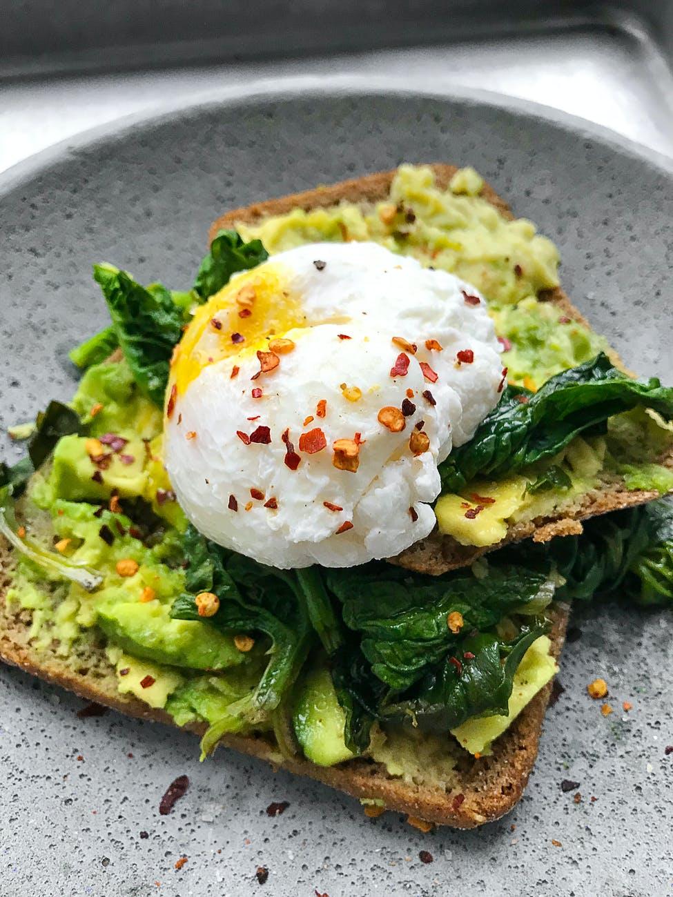 Desayunos saludables: Tostadas de aguacate y huevo