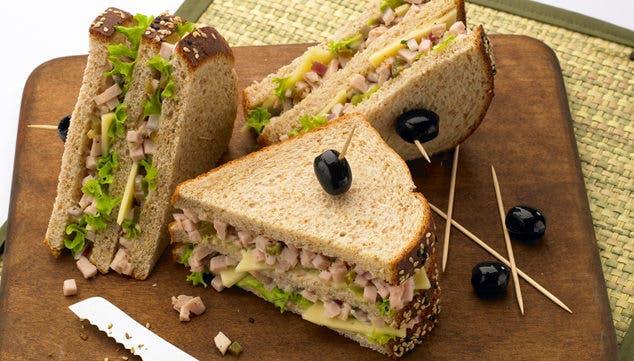 Prepara un delicioso sándwich de queso y atún