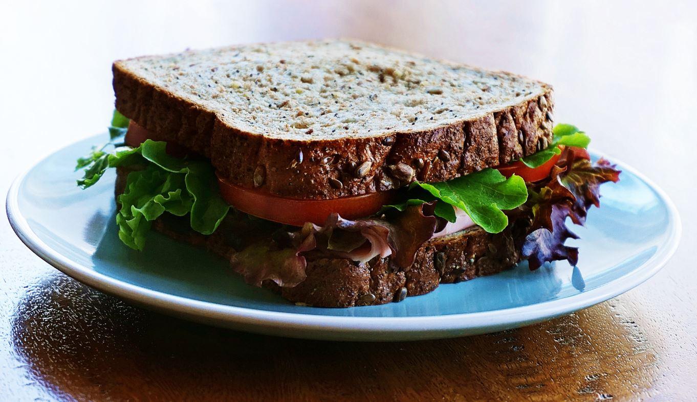 Sándwich vegano con alcachofa