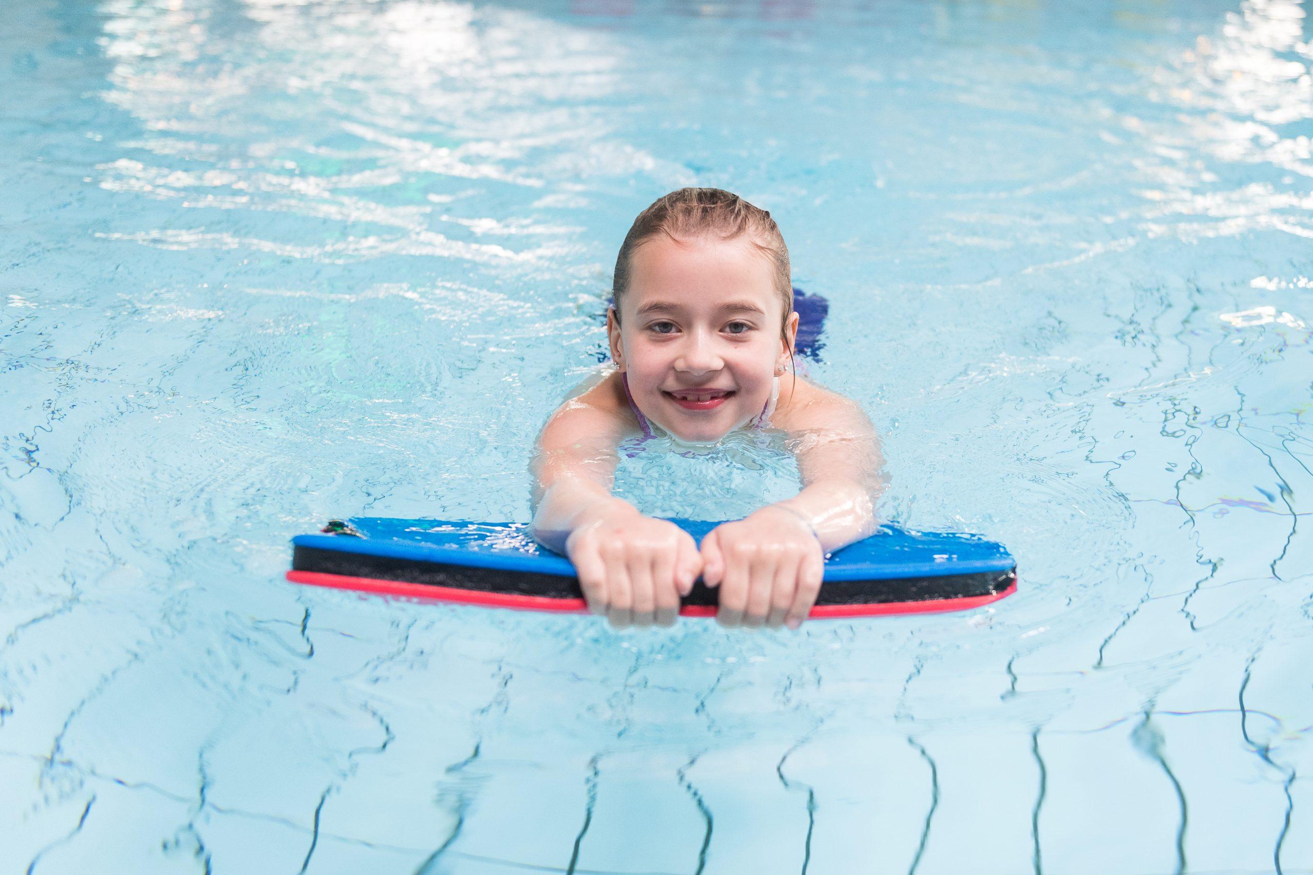 Aunque no haya playa: Cómo habituar a los niños al agua