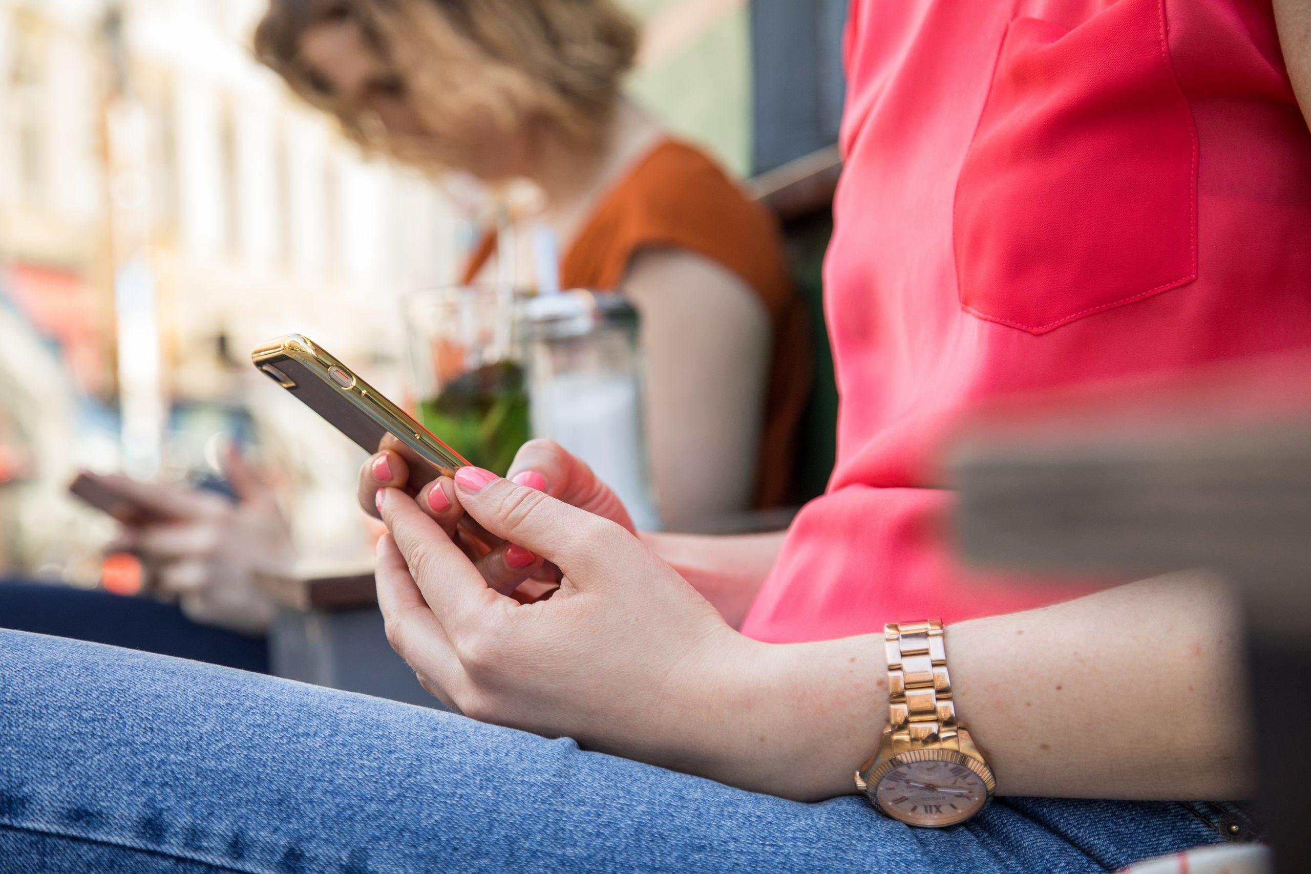 Cuando los amigos se distancian, ¿es mejor llamar o no llamar?