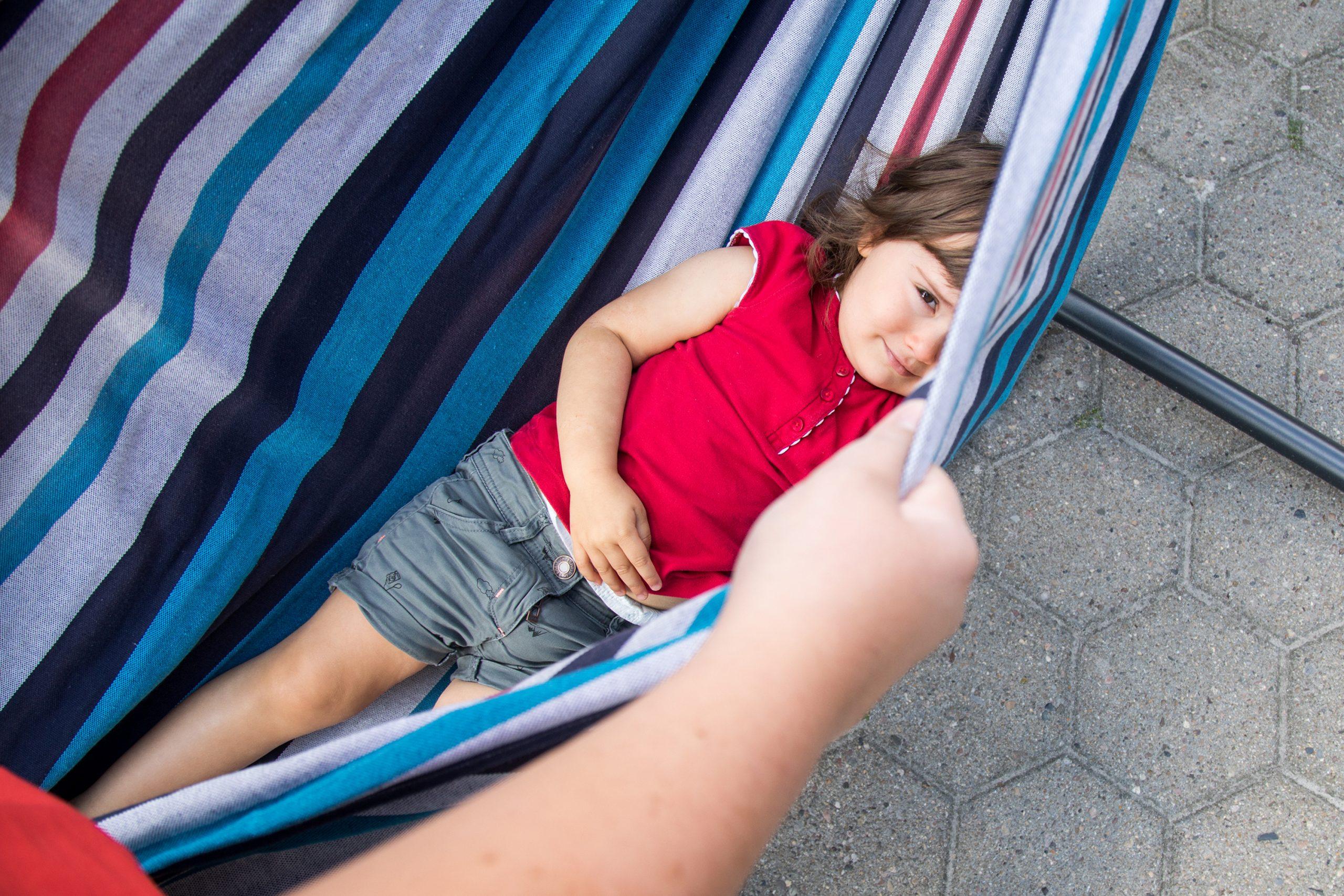 Cómo pueden apoyar los padres a un niño tímido