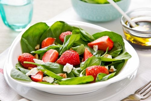 Prepara una deliciosa ensalada de berros, fresas y hierbas