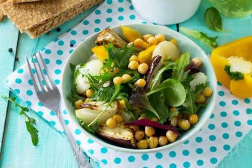 Prepara esta deliciosa ensalada de garbanzos y berenjenas