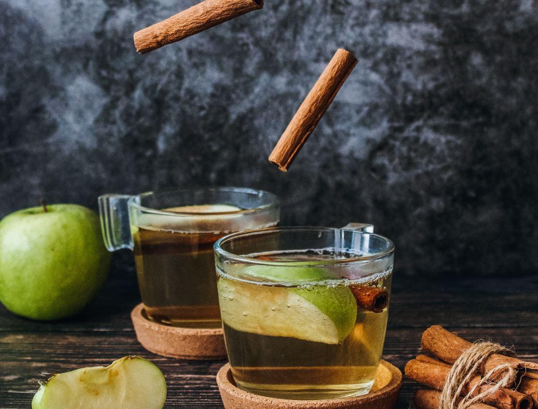 Prepara una deliciosa sidra de manzana con canela y clavo