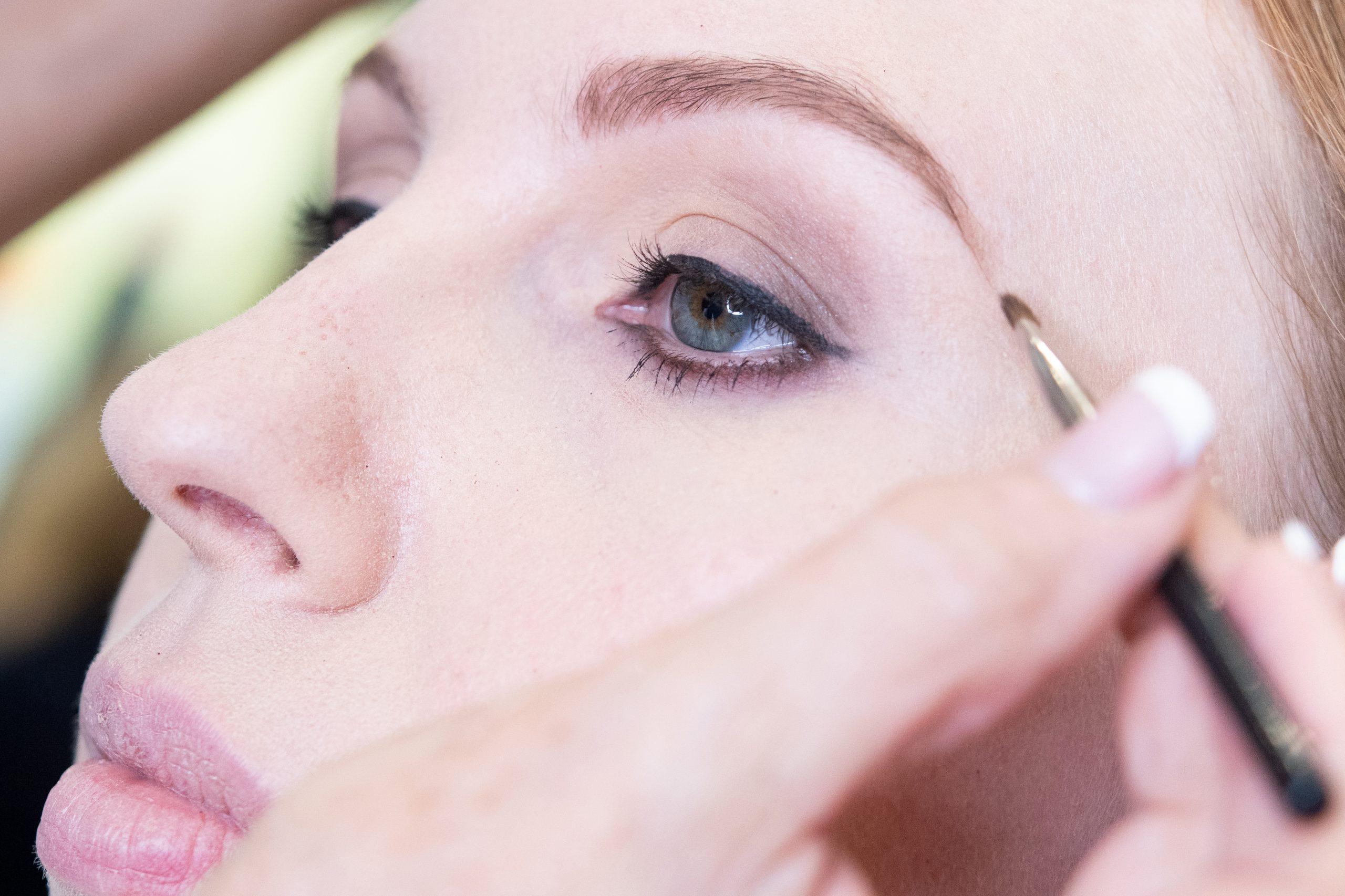 Tupidas pero prolijas: la nueva tendencia para las cejas