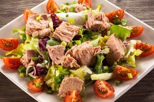 Prepara esta deliciosa ensalada de aguacate con atún