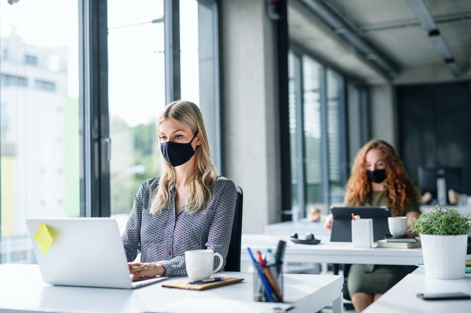 Regresar a la oficina: cómo mantenerse conectado y socialmente distante