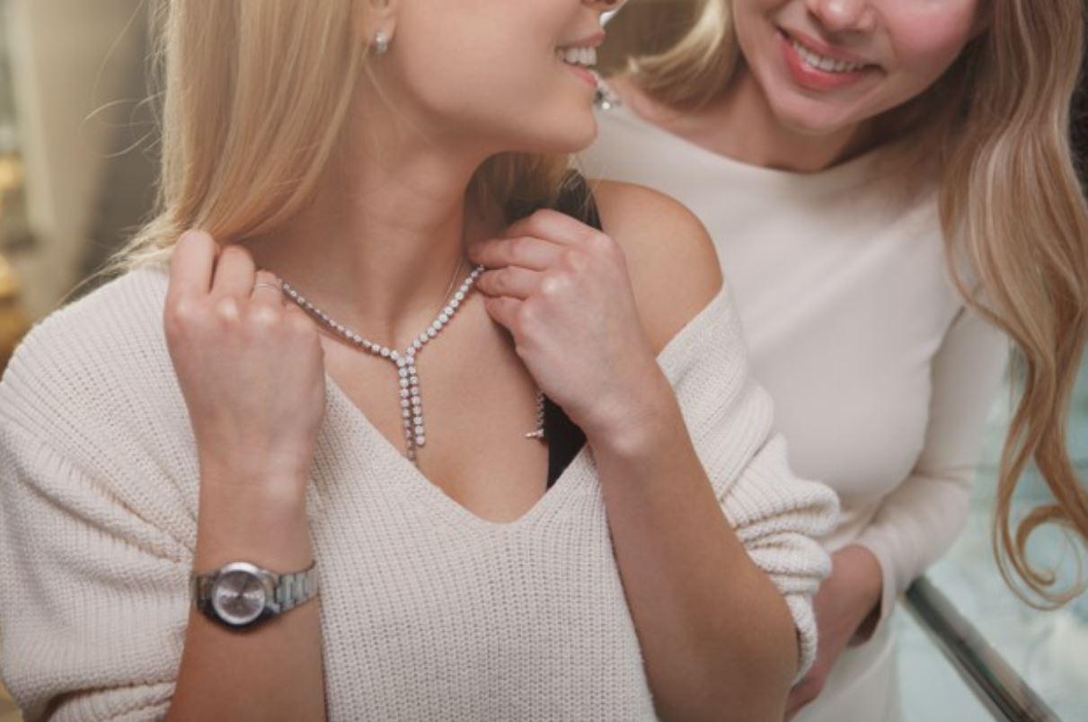 Los mejores tips para combinar collares y blusas
