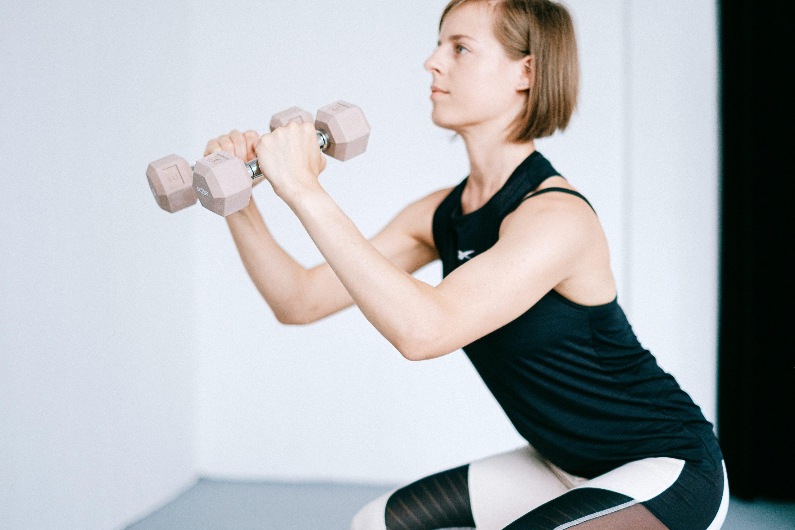Ejercicios con mancuernas para fortalecer los glúteos en casa