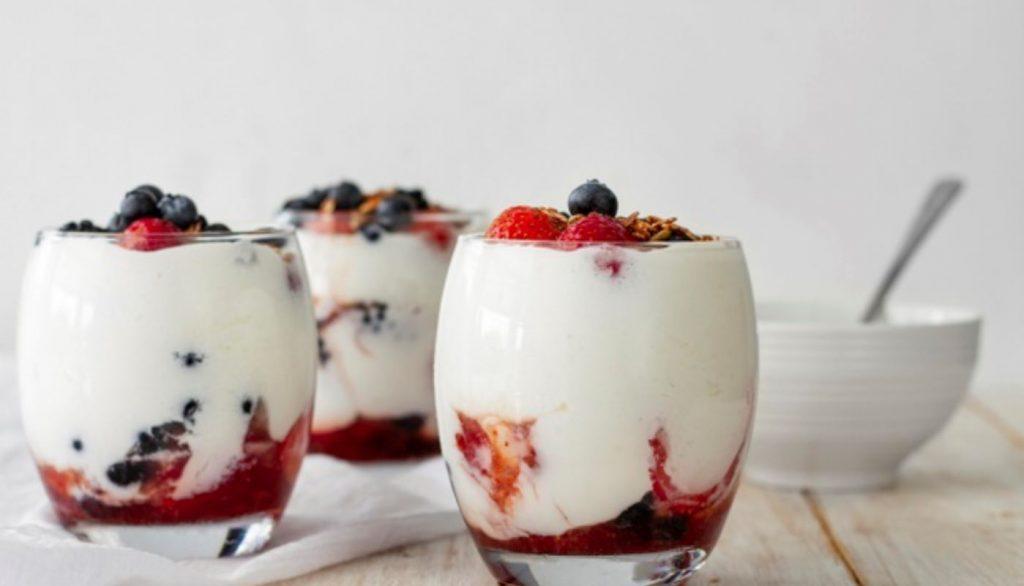 Frutos rojos con yogurt griego para cenar en casa