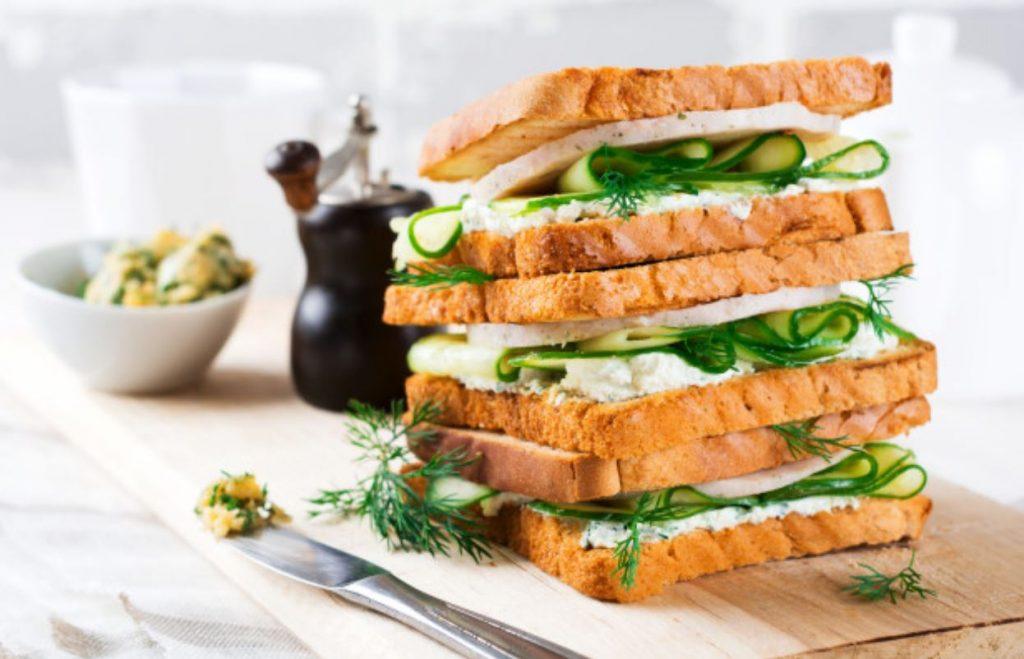 Sándwich vegetariano con hummus