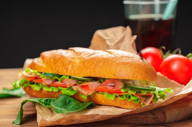 Prepara un delicioso sándwich de pollo con tocino