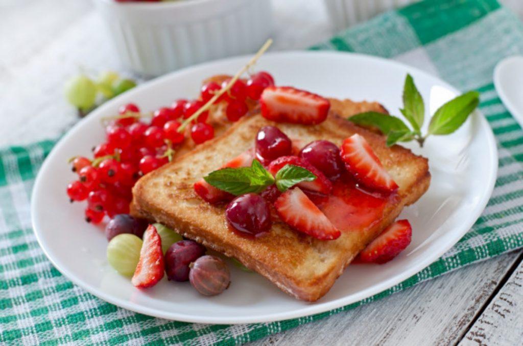 Tiras de pan francés con frutos rojos y miel