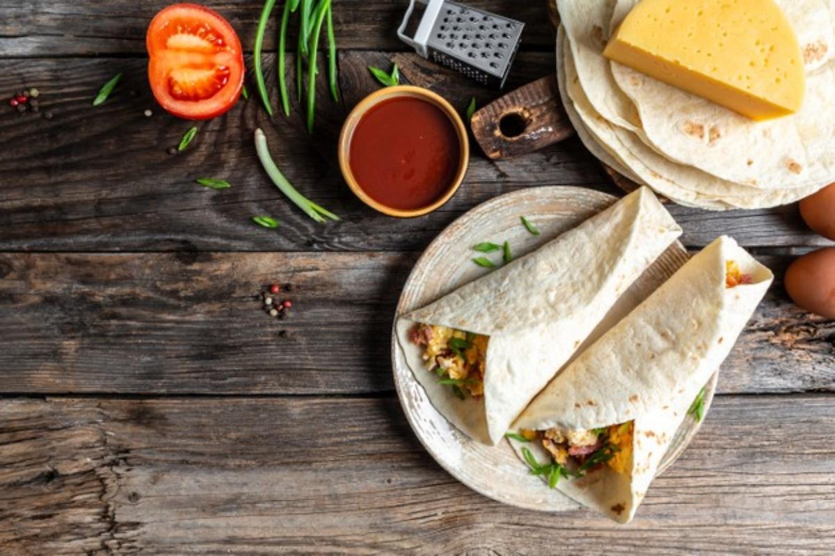 Tortillas de harina con huevo, espinaca y jamón para desayunar