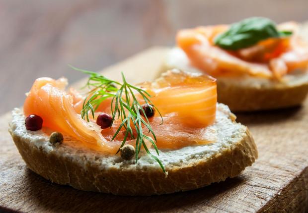 Tostadas de salmón ahumado, pepino y requesón