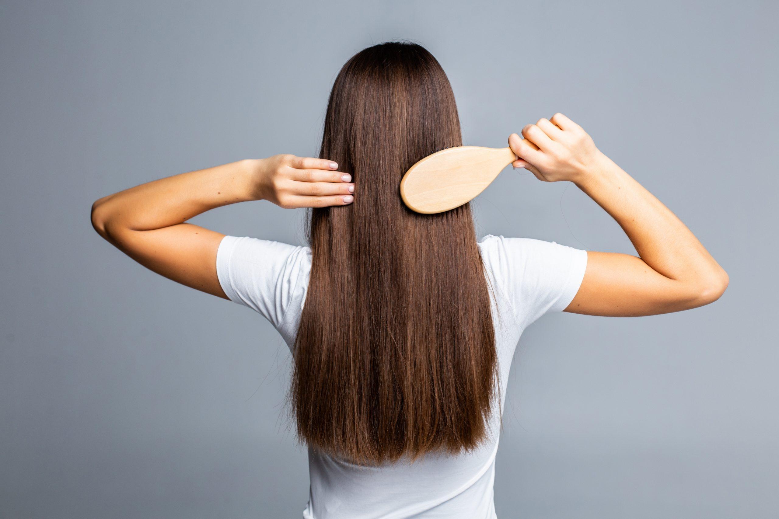 Trucos para mantener el cabello lacio y sin frizz