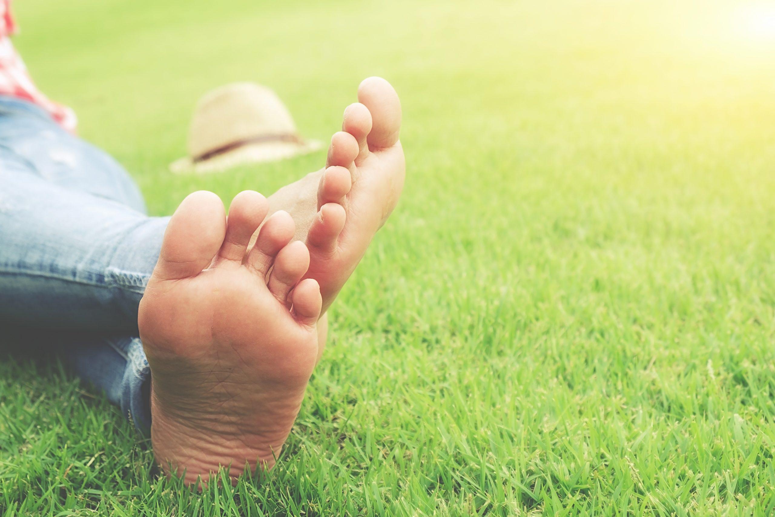 Andar descalzo refuerza los músculos del pie