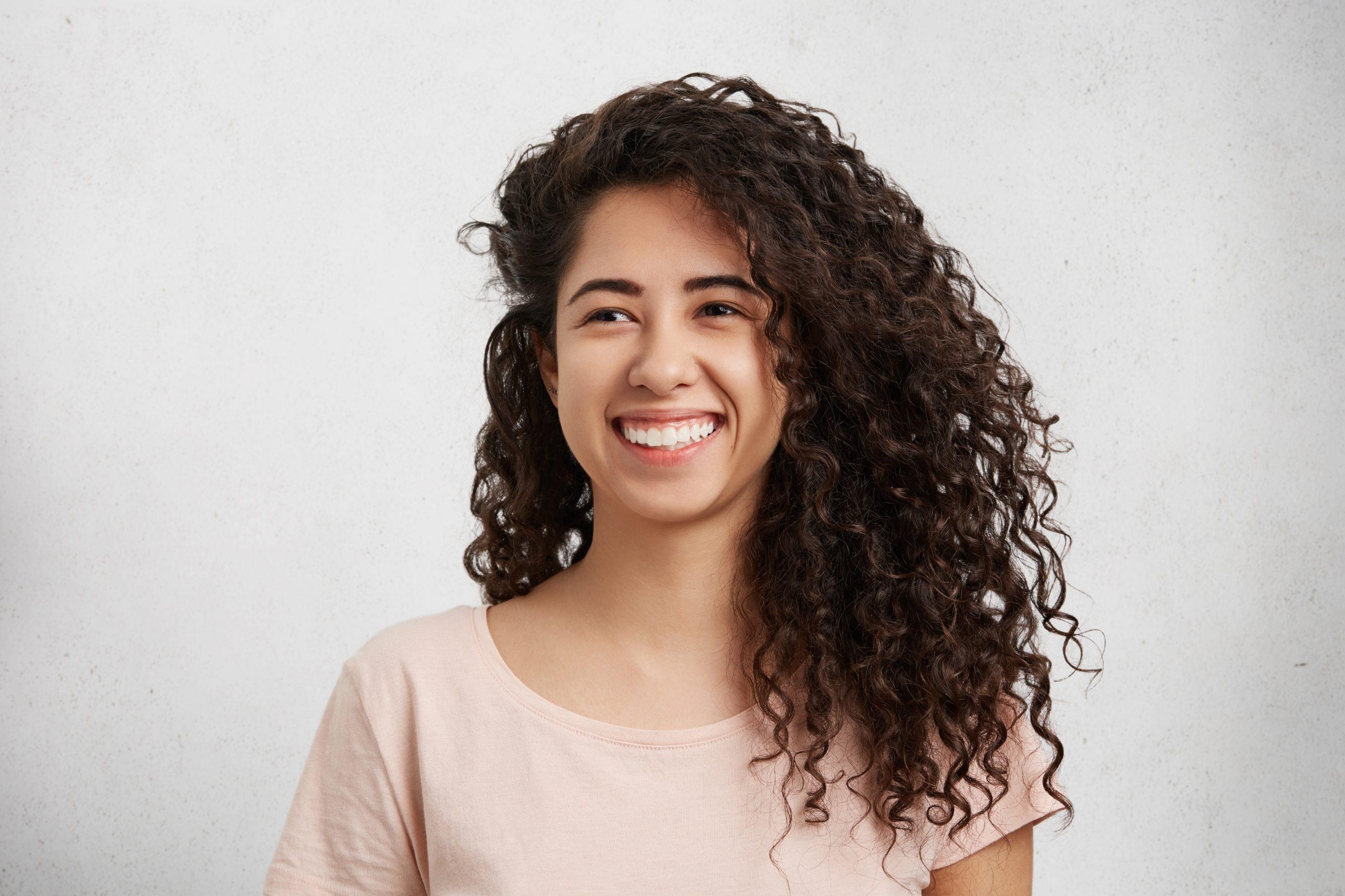 """""""Curly Girl"""", la tendencia con la que tu cabello lucirá increíble"""