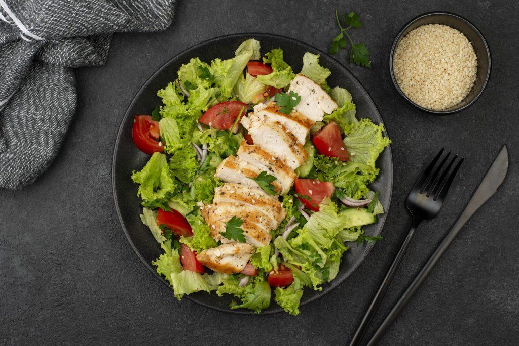 Ensalada con vegetales y pollo