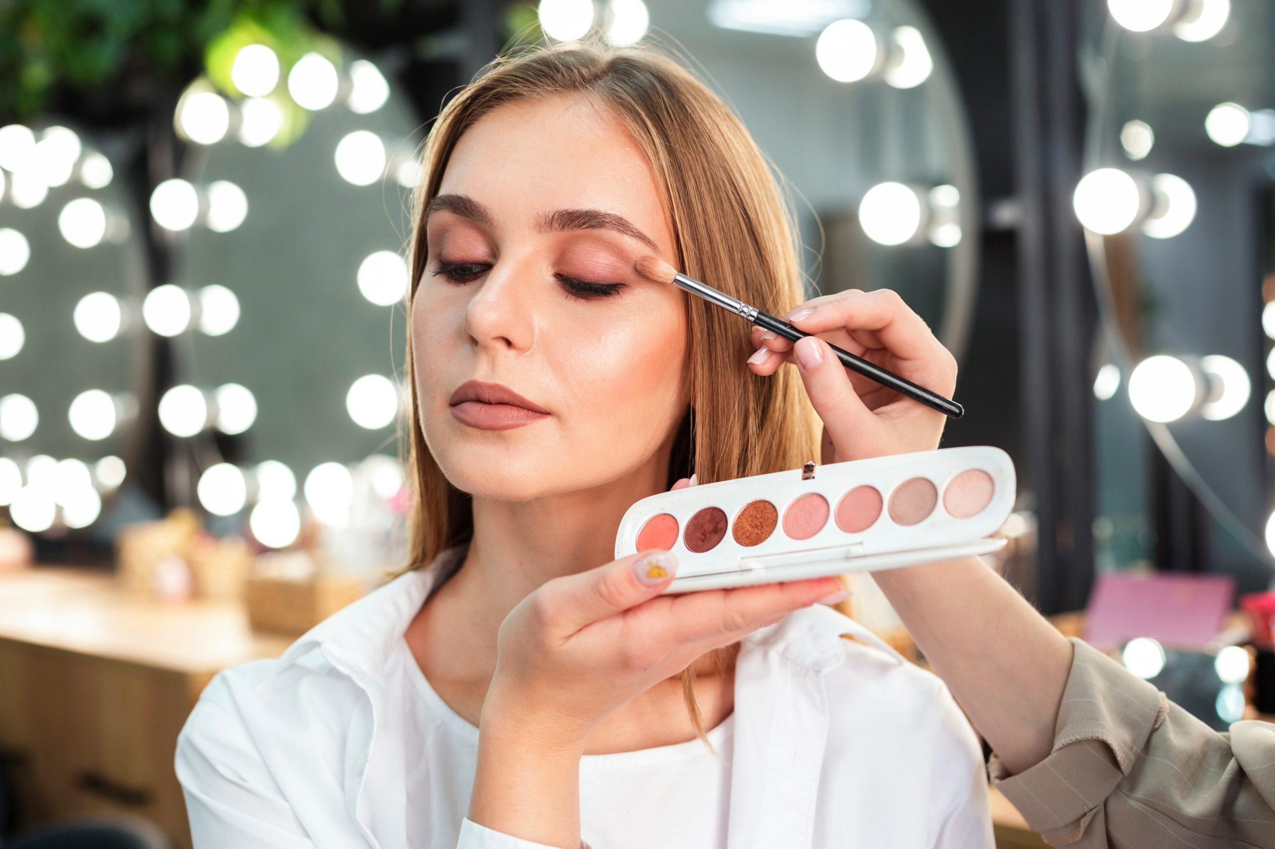 Trucos de maquillaje fácil y rápido para verte más joven