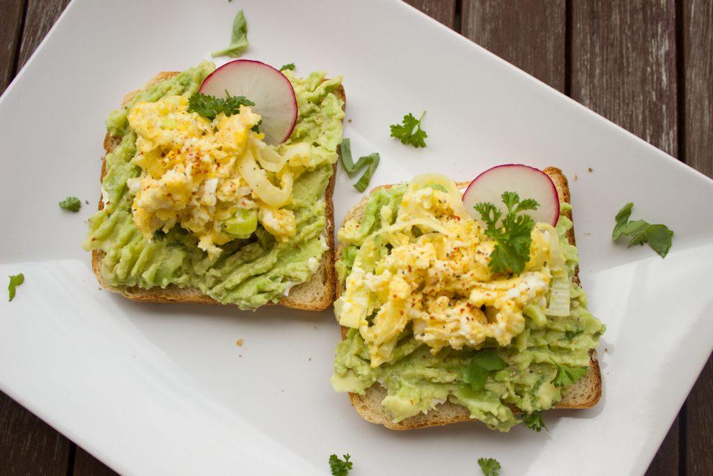 Sándwich de aguacate con huevo y especias