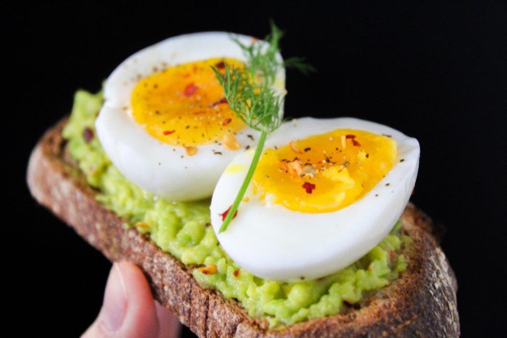 Tostadas con aguacate y huevo cocido