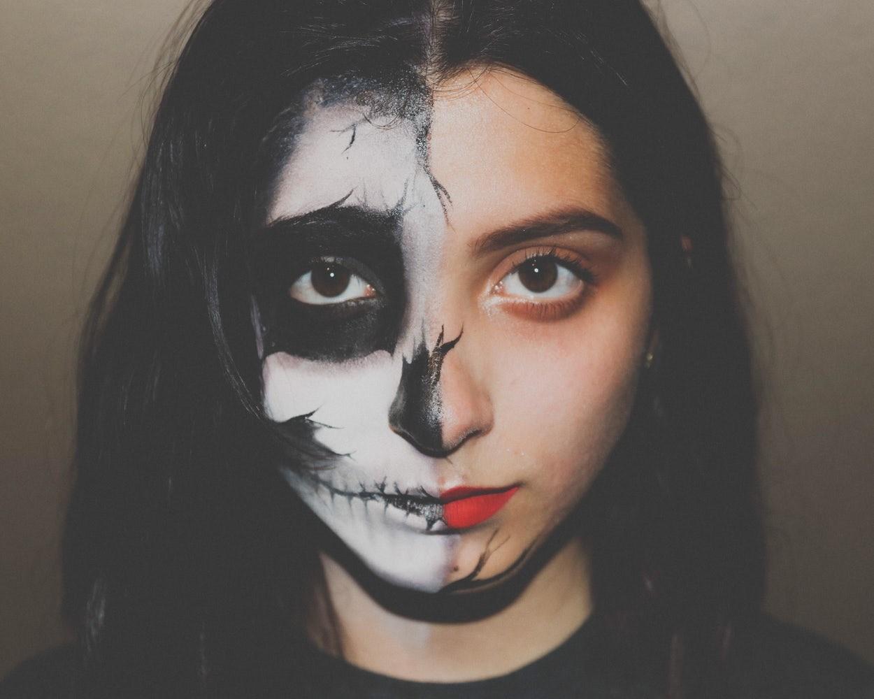 Joven pintada para Halloween