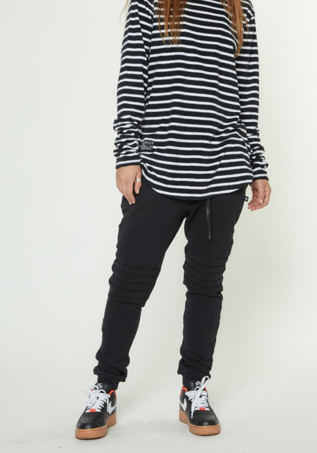 JOGGER WITH PLEATED KNEES