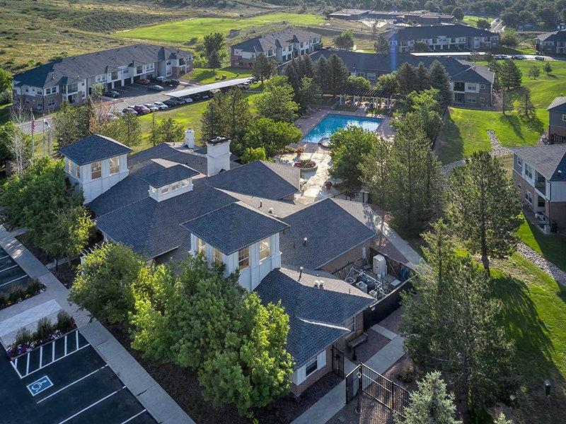 Spacious Grounds | Retreat at Cheyenne Mountain Apartments
