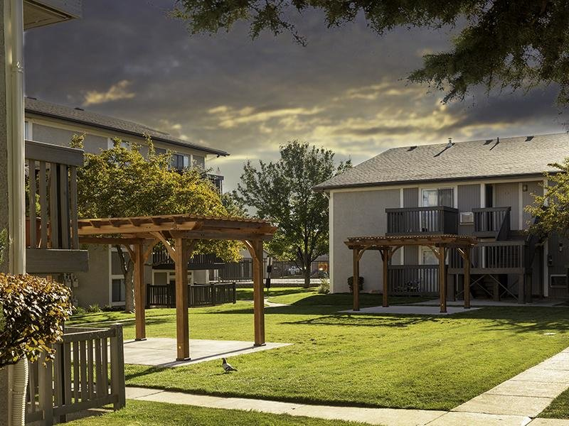 Beautiful Landscaping | Apartments at Decker Lake